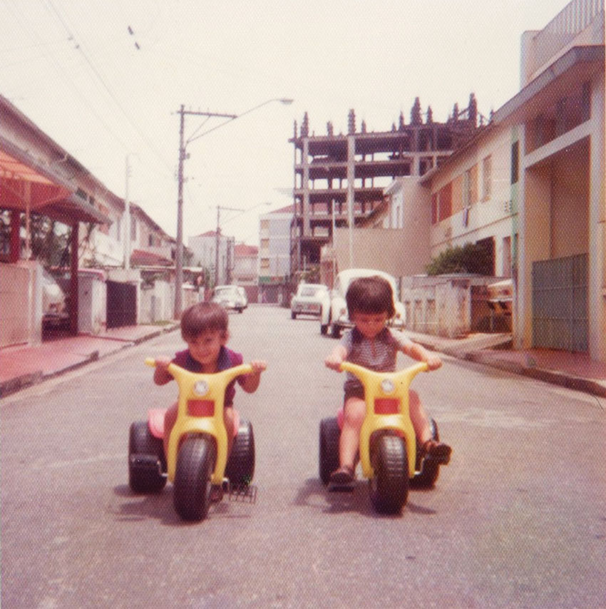 Os filhos de José Roberto Daminello brincando na rua E nos anos 1970. As casas já estavam bem modificadas. Ao fundo, é possível ver o prédio em construção na Rua Emília Marengo.