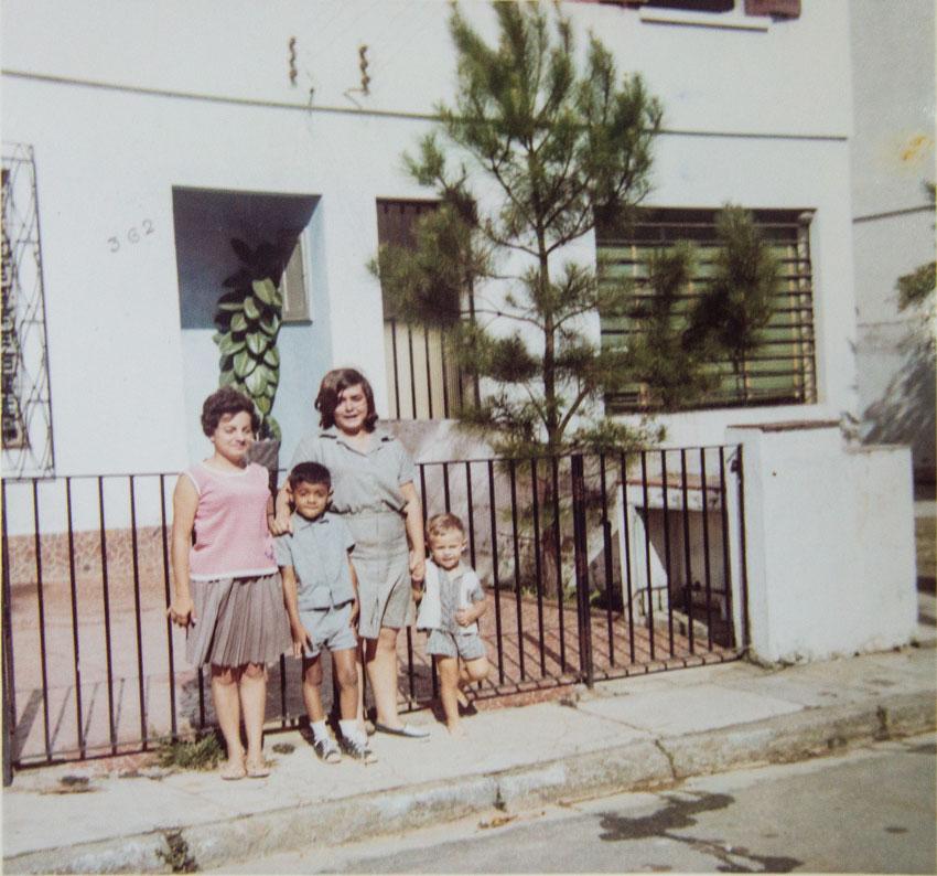 Nádia Stasola (1ª à esquerda) com a irmã em frente a uma das casas da Rua E, no começo da década de 1960.